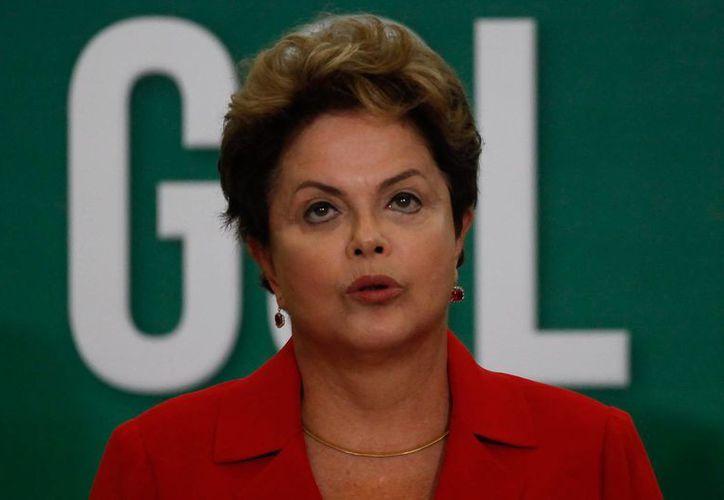 La tasa de brasileños que califica positivamente al Gobierno de Dilma Rousseff cayó 5 puntos porcentuales en los últimos tres meses. (Archivo/EFE)