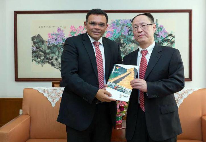 El gobernador de Yucatán, Rolando Zapata Bello, entregó a los funcionarios chinos catálogos de los productos yucatecos. (SIPSE)