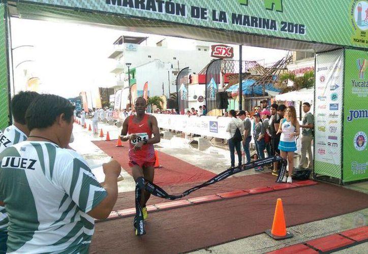 El keniano Rogers Ondati, al momento de cruzar la meta de la Maratón de la Marina Mérida 2016. (Jorge Acosta/SIPSE)