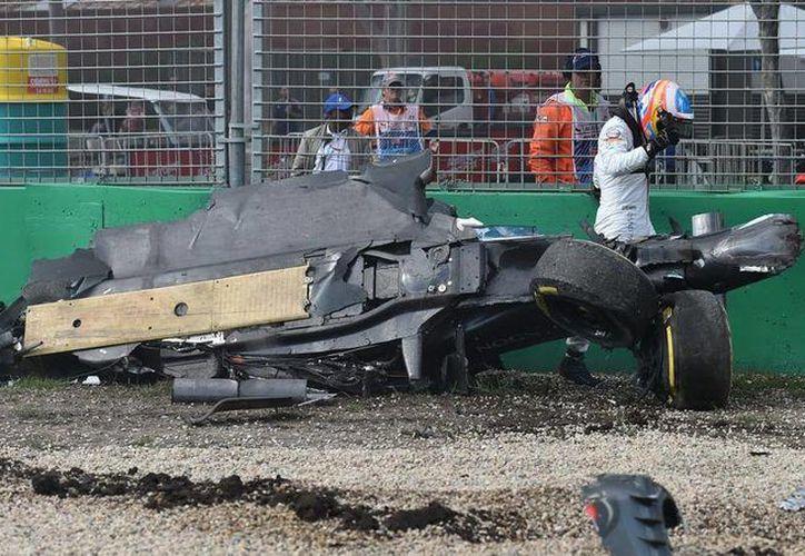 Fernando Alonso saliendo de su monoplaza tras el accidente que sufrió el pasado domingo con el mexicano Esteban Guitérrez en el Gran Premio de Australia. (Archivo AP)