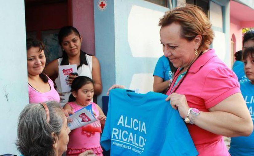 Alicia Ricalde visitó la colonia donde se concentra la mayor parte de la población isleña. (Lanrry Parra/SIPSE)
