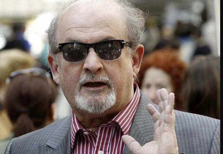 """Salman Rushdie, oriundo de la India, pasó años oculto después que su novela """"Los versos satánicos"""" provocó una condena a muerte de las autoridades religiosas de Irán. (EFE/Archivo)"""