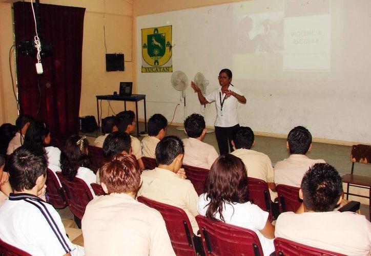 Personal de a Fiscalía ofreció la platica a los estudiantes. (SIPSE)