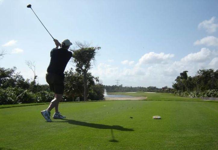 El golf es el deporte ideal para lanzar la oferta deportiva que tiene Cozumel. (Contexto/Internet)