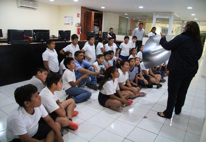 El grupo de la primaria que visitó las instalaciones del periódico. (Luis Soto/SIPSE)
