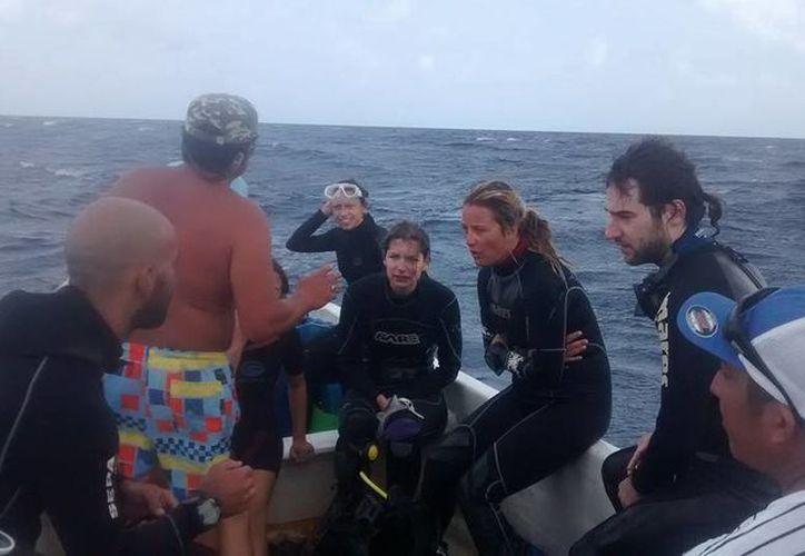En el video se puede ver a los buzos que mantienen un buen ánimo tras haber sido rescatados por los pescadores. (Leslie Catzim Balam/Facebook)