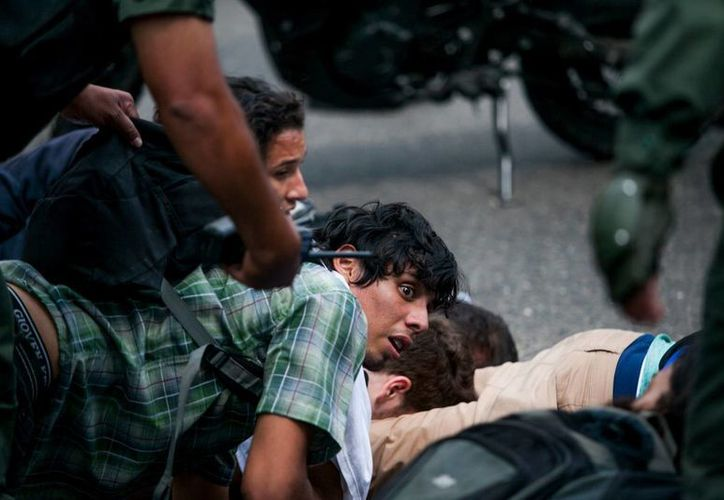La Guardia Nacional Bolivariana coloca a un grupo de estudiantes en el suelo, después de ser detenidos tras los enfrentamientos en una protesta en Caracas, Venezuela. (Agencias)
