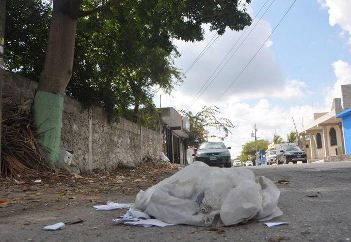 Los habitantes se quejan del estado de las calles y la acumulación de bolsas con desechos en las esquinas. (Rossy López/SIPSE)