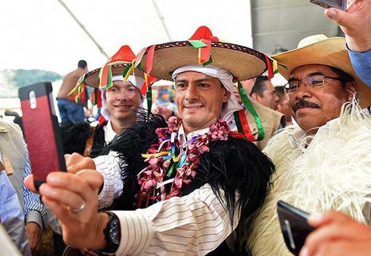 Enrique Peña Nieto tomándose la foto en una visita al estado de Chiapas. (Foto RT/AFP)
