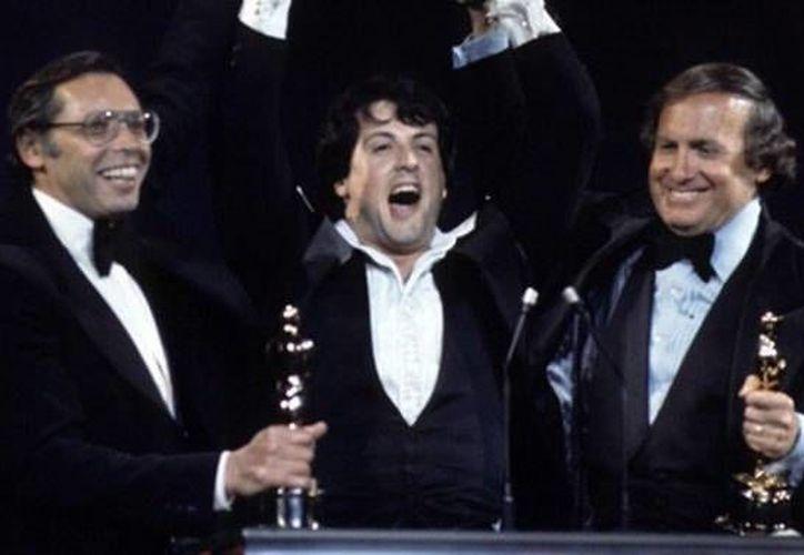 El productor de cine, Robert Chartoff (d), quien falleció este miércoles a los 81 años, aparece junto a Sylvester Stallone durante la entrega de los Oscar.  (Foto tomada de variety.com)