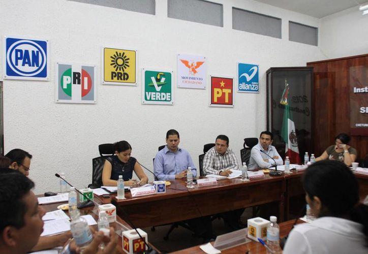 Las representantes del PRD y el PAN en la sesión del consejo general del Ieqroo. (Juan Palma/SIPSE)