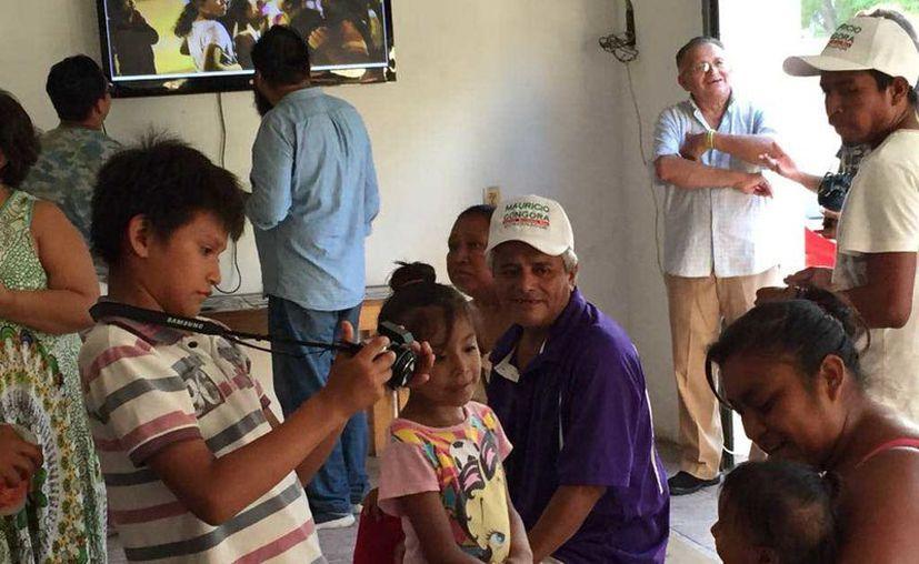 Andrés tiene 8 años y fue el responsable de cortar el lazo inaugural de la exposición fotográfica . (Redacción/SIPSE)