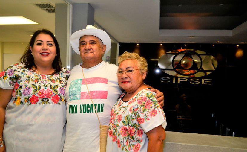 """Margarita Estrella, Francisco Ríos """"Zapote"""", y Lupita Góngora ofrecen dos obras de teatro regional, con motivo del Día del Padre. (Daniel Sandoval/SIPSE)"""