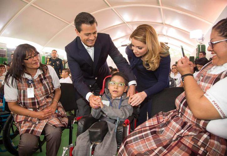 """Peña Nieto entregó las obras de remodelación del Centro de Rehabilitación """"Gaby Brimmer"""". (Presidencia)"""