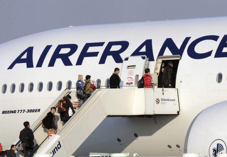 Varios pasajeros suben a bordo de un Boeing 777 de la compañía Air France. (Archivo/EFE)