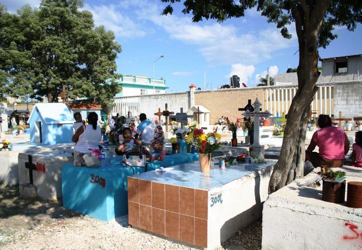 En el panteón municipal de Playa del Carmen, los preparativos han comenzado. (Octavio Martínez/ SIPSE)