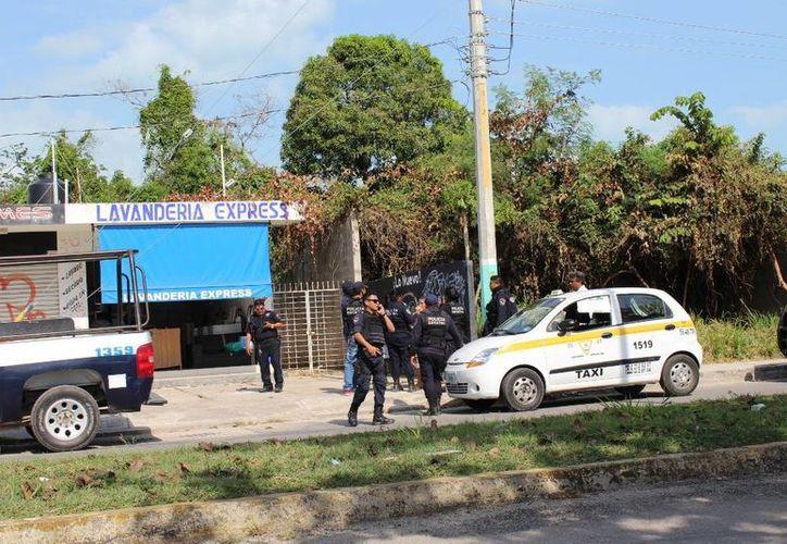 Elementos de la Policía Estatal Preventiva (PEP) acudieron al establecimiento después de recibir la llamada de auxilio. (Redacción/SIPSE)