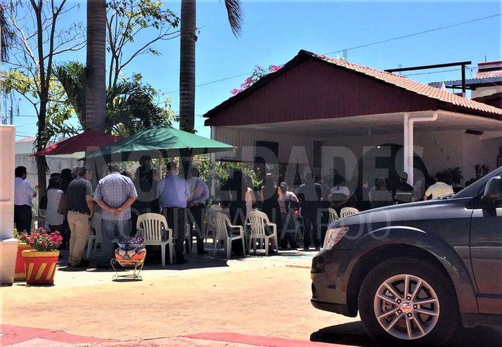 Familiares y amigos dieron el último adión a  Marco A. G. V, ayer en la funeraria Gamero. (David De la Fuente/SIPSE)