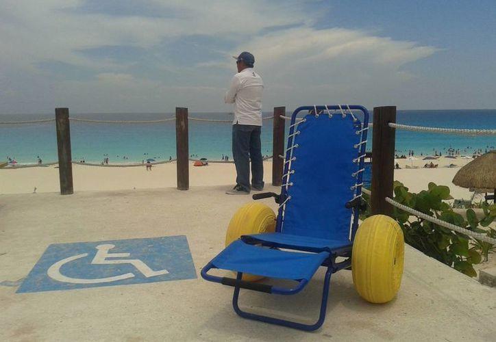 El equipo de playa funciona como una silla de ruedas, el diseño de sus llantas permite ser desplazada con facilidad en la arena. (Alejandra Galicia/SIPSE)