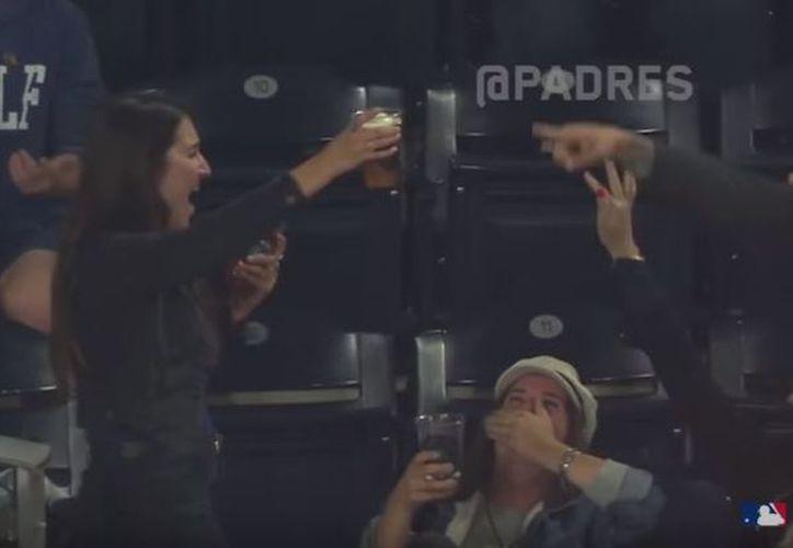 La mujer no dudó en beber toda la cerveza de un trago y fue ovacionada por todos los demás asistentes al estadio. (Foto: Milenio)