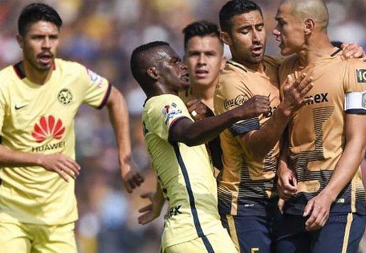 Darwin Quintero y Darío Verón, durante la semifinal del torneo Apertura 2015, en el que se dijo que el jugador de Pumas manifestó racismo hacia dos americanistas. (noticiasnet.mx)