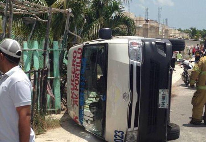 Taxista y cinco pasajeros resultaron lesionados. (Redacción/SIPSE)