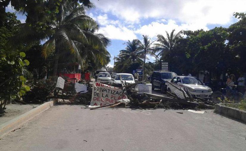 Los pobladores de Akumal realizaron el cierre de la vialidad; impiden el acceso y la retirada de vehículos. (Sara Cauich/SIPSE)