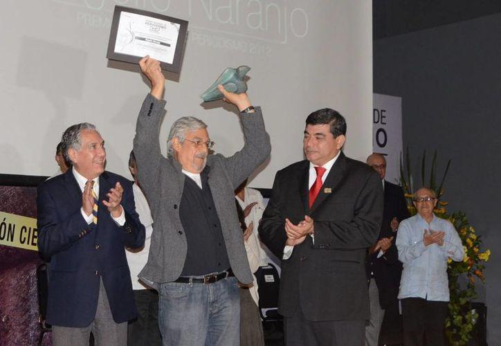 El periodista Rogelio Naranjo recibe el premio a la Trayectoria Periodística este jueves en Villahermosa. (Notimex)