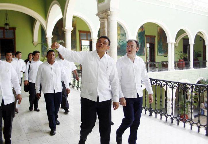 Rolando Zapata le mostró el Palacio de Gobierno a Luis Videgaray. (Christan  Ayala/SIPSE)