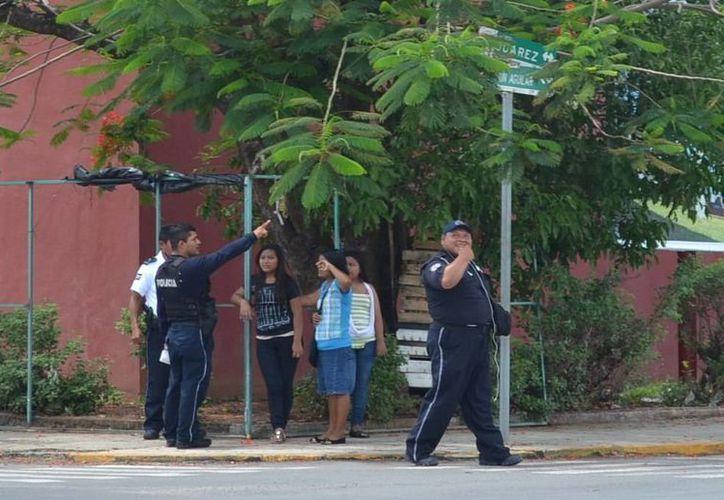 Deysi Araceli N y sus dos sobrinas fueron estafadas ayer en la colonia Centro. (Redacción/SIPSE)