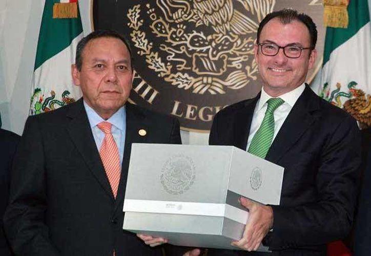 Luis Videgaray Caso, titular de la SHCP, y el presidente de la Mesa Directiva de la Cámara de Diputados, Jesús Zambrano, durante la entrega del paquete económico 2016 el cual fue aprobado el pasado viernes. (Archivo Notimex)