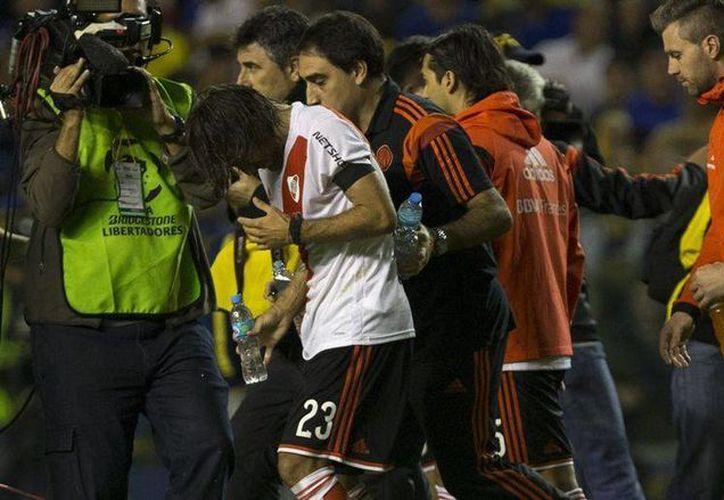 El pasado 14 de mayo, aficionados del Boca Juniors agredieron con un gas a los jugadores del River Plate en La Bombonera. Este fin de semana se disputa una jornada  que pone en alerta a las fuerzas de  argentinas por el alto grado de violencia que suele registrarse en los encuentros a realizarse. (Archivo EFE)