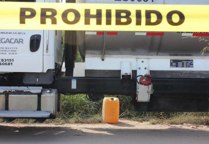 Imagen del lugar de los hechos en donde los individuos 'ordeñaban' las pipas de gasolina Magna y llenaban los bidones. (Aldo Pallota/SIPSE)