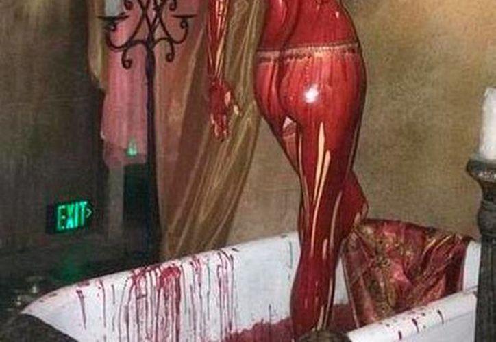Foto tomada de la red social Twitter, en donde puede verse a Eiza Gonzalez bañada en sangre, durante la grabación de la serie From  Dusk till Dawn. (Eiza Gonzalez Reyna @eizamusic)
