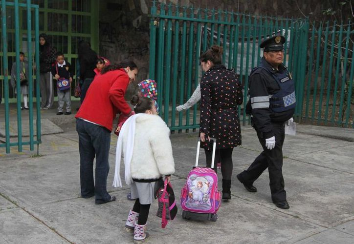 Este lunes es el regreso a clases en buena parte del país. Ante ello, los padres de familia piden a la SEP reforzar la vigilancia para evitar las temidas 'cuotas voluntarias'. (Archivo/Notimex)