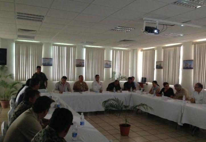 El alcalde se reunió con las fuerzas policiales y armadas destacamentadas en la isla. (Redacción/SIPSE)