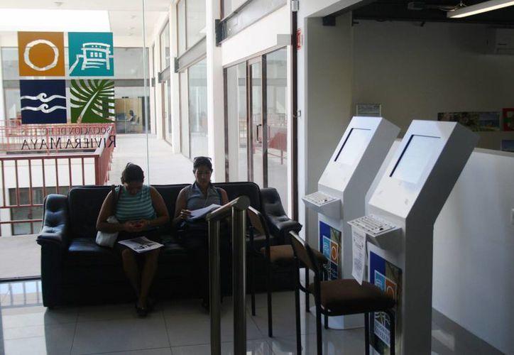 Decenas de personas que vacacionaron en la Riviera Maya acuden a solicitar empleo a la Asociación de Hoteles. (Octavio Martínez/SIPSE)