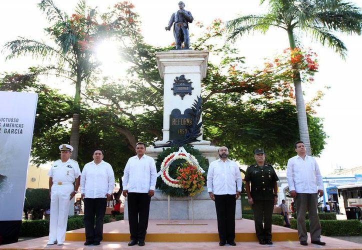 Autoridades estatales y militares depositaron una ofrenda floral a los pies de la estatua de Juárez. (SIPSE)