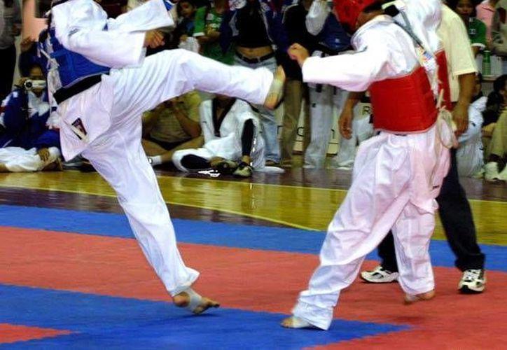 La fase regional de la ON que se efectuó en Villahermosa, Tabasco. Imagen de uno de los combates entre dos taekwondoines. (Milenio Novedades)