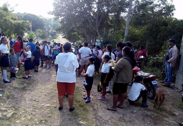 Padres de familia impidieron el paso a los maestros para ingresar al plantel educativo. (Foto: Alejandra Carrión/SIPSE)