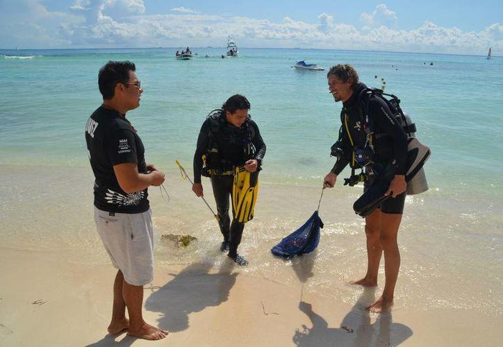Buzos voluntarios ayudan en la captura del pez león, así como en la construcción de ingeniería adaptada para la preservación de especies de coral. (Redacción/SIPSE)
