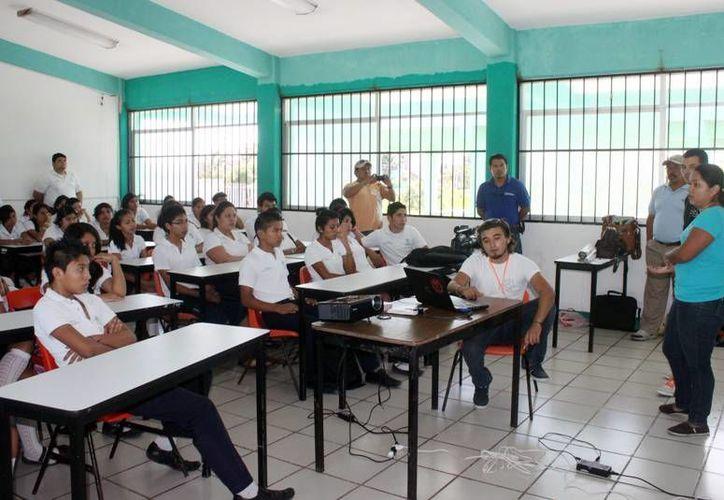 En una conferencia se explicó a los estudiantes el proyecto de la Universidad del Caribe. (Lanrry Parra/SIPSE)