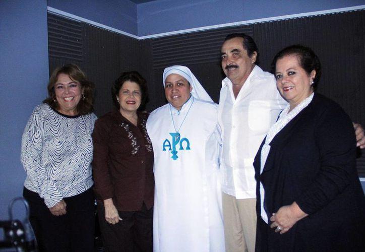 Conductores e invitados de la emisión radial de Salvemos Una Vida. (Milenio Novedades)