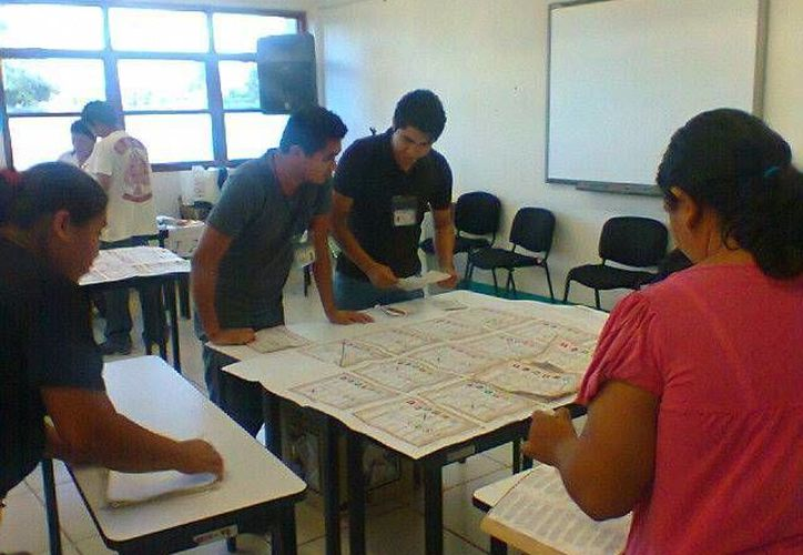 Las comunidades realizan el conteo rápido de los votos recibidos. (Redacción/SIPSE)