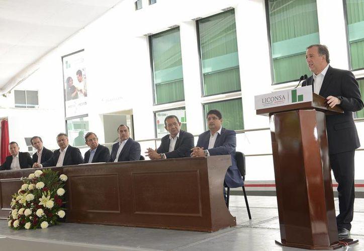 El titular de la Sedesol, José Antonio Meade Kuribreña, encabezó la ceremonia de instauración del nombre del ex presidente de México, Lázaro Cárdenas del Río, en la planta de distribución de leche Liconsa, esto en Jiquilpan de Juárez, Michoacán. (Notimex)