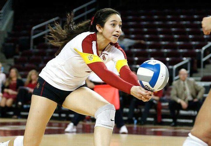 La mexicana Samantha Bricio, voleibolista del año en Estados Unidos, juega para la Universidad del Sur de California. Bricio se gradurará en mayo del próximo año de la carrera de psicología. (Archivo AP)