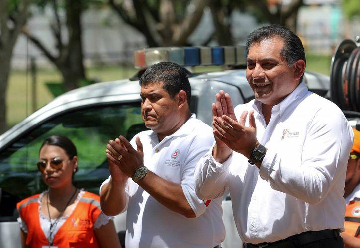 El secretario de Gobierno de Yucatán, Víctor Caballero (der.), destactó el trabajo de protección civil durante el operativo especial de diciembre. (Oficial)