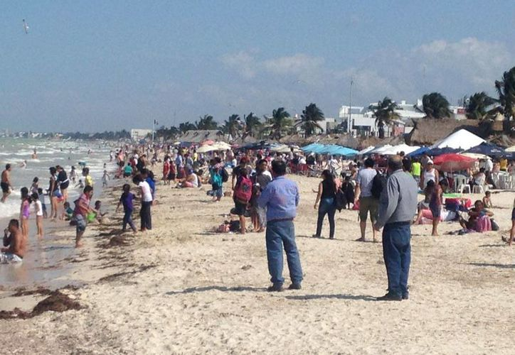 Los visitantes llegaron a aprovechar el buen clima que impera en el puerto. (Gerardo Keb/ Milenio Novedades)