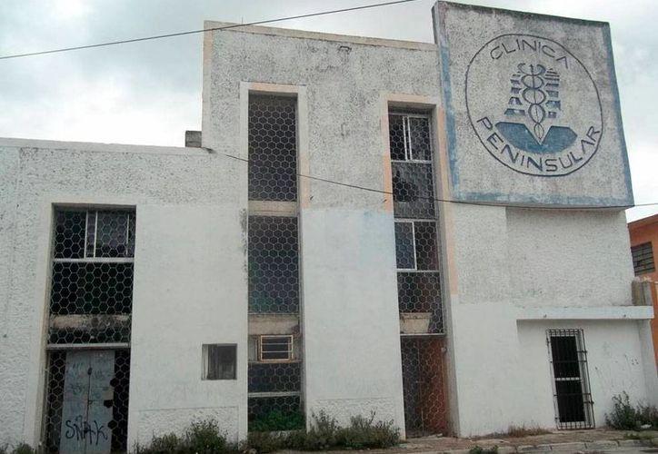 Fachada de lo que fue la Clínica Peninsular, en la colonia Cortés Sarmiento de Mérida, en la que policías han vivido experiencias paranormales. (Jorge Moreno/SIPSE-Archivo)