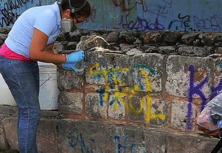 En el marco del programa de rehabilitación de parques arqueológicos se les devuelve la dignidad a los monumentos arqueológicos de Mérida eliminando los grafitis. (SIPSE)
